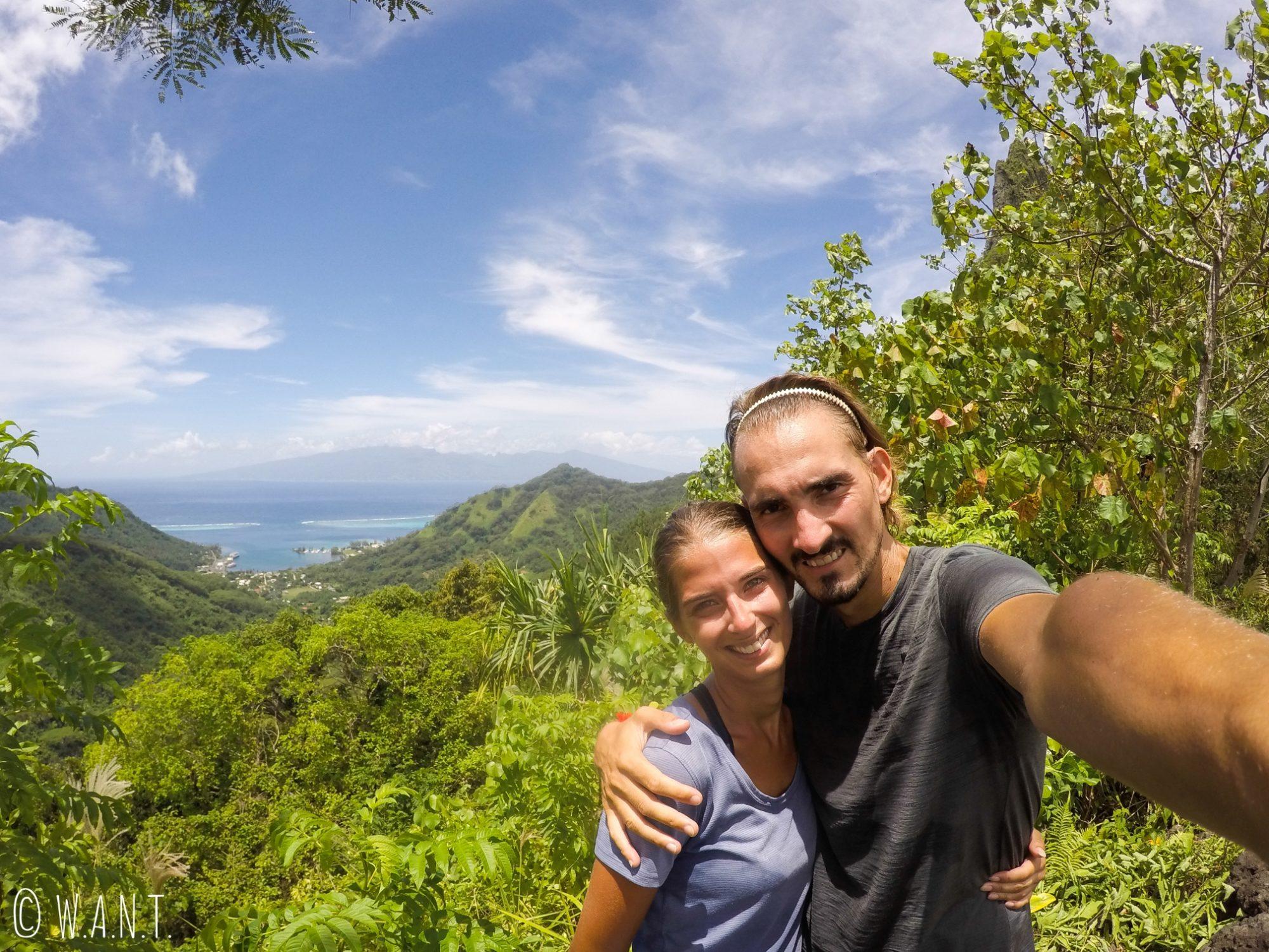 Selfie devant la baie de Vaiare sur l'île de Moorea