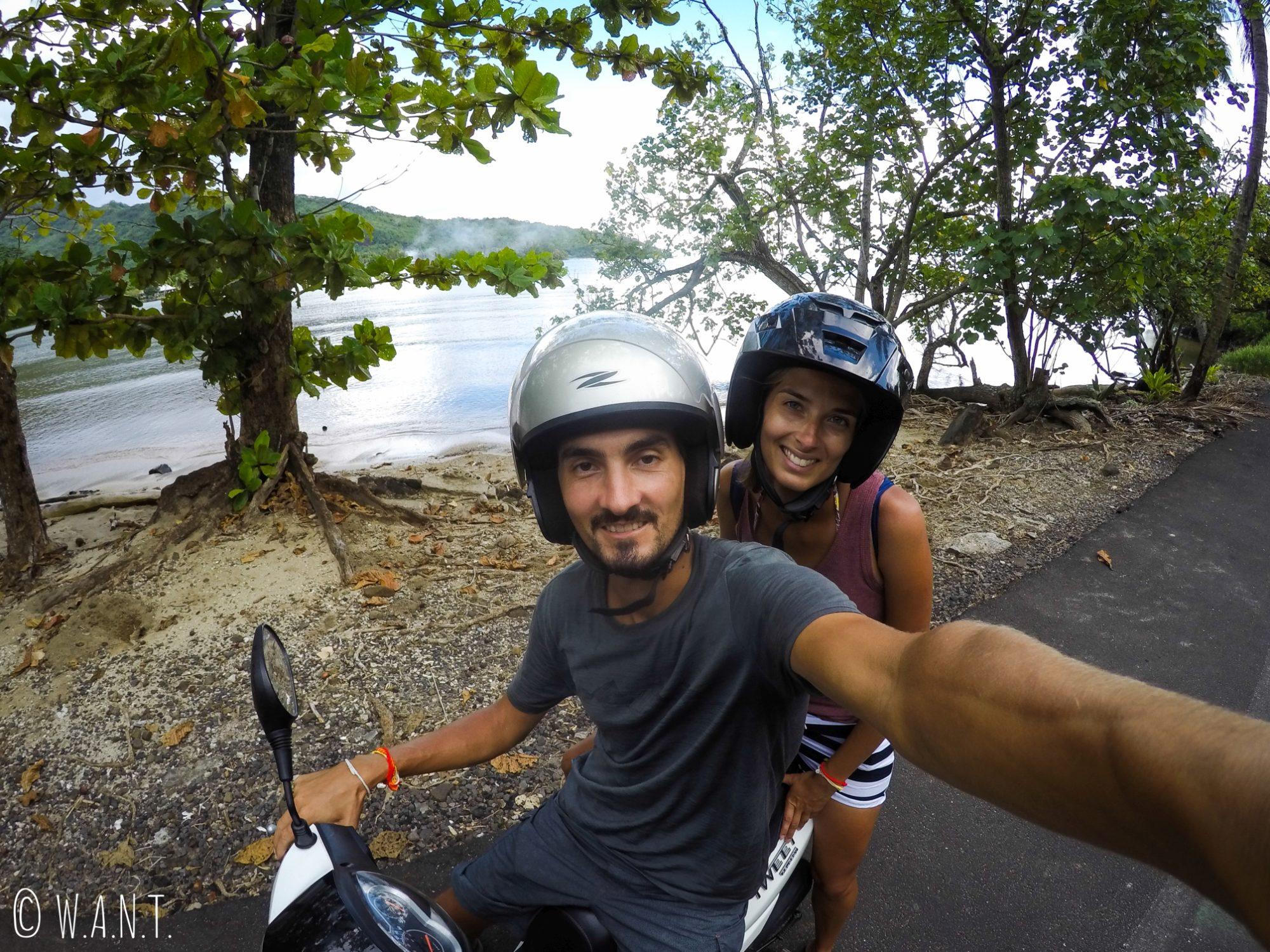 Selfie en scooter sur la route sur l'île de Moorea