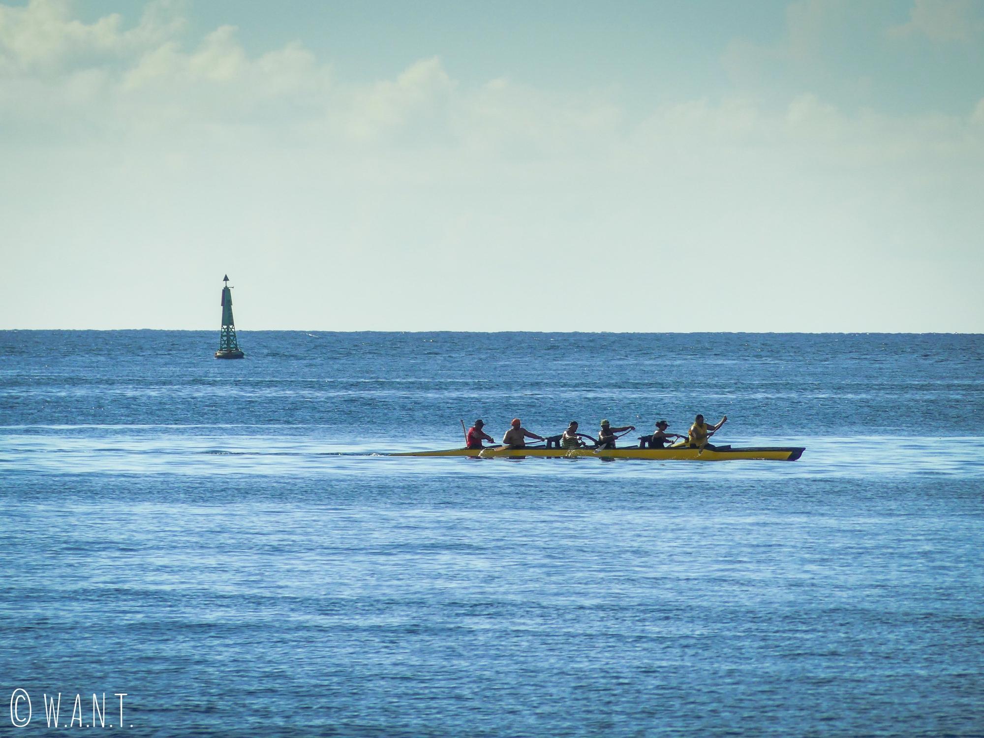 Va'a, ou pirogue polynésienne sur les eaux de Tahiti