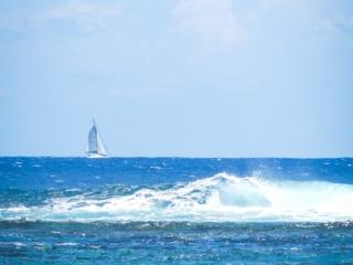 Vague se fracassant sur la barrière de corail autour de Tahiti
