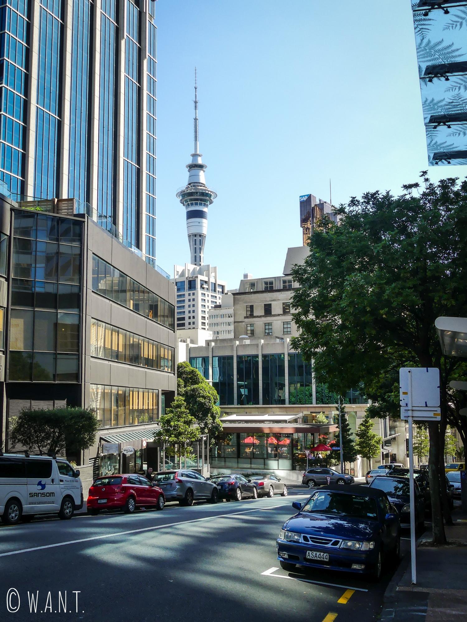 Vue sur la Sky Tower d'Auckland depuis son centre-ville