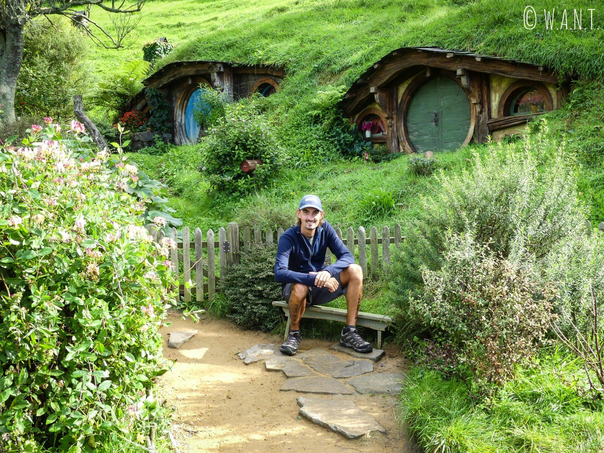 Benjamin est très heureux de visiter le site Hobbiton en Nouvelle-Zélande
