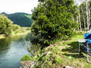 Camping Brown River Reserve à côté de la rivière pour une nouvelle nuit sur l'île du sud de la Nouvelle-Zélande