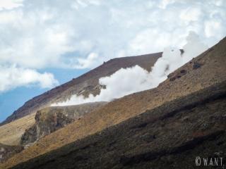 Cratère fumant sur la randonnée « Tongariro Alpine Crossing » en Nouvelle-Zélande