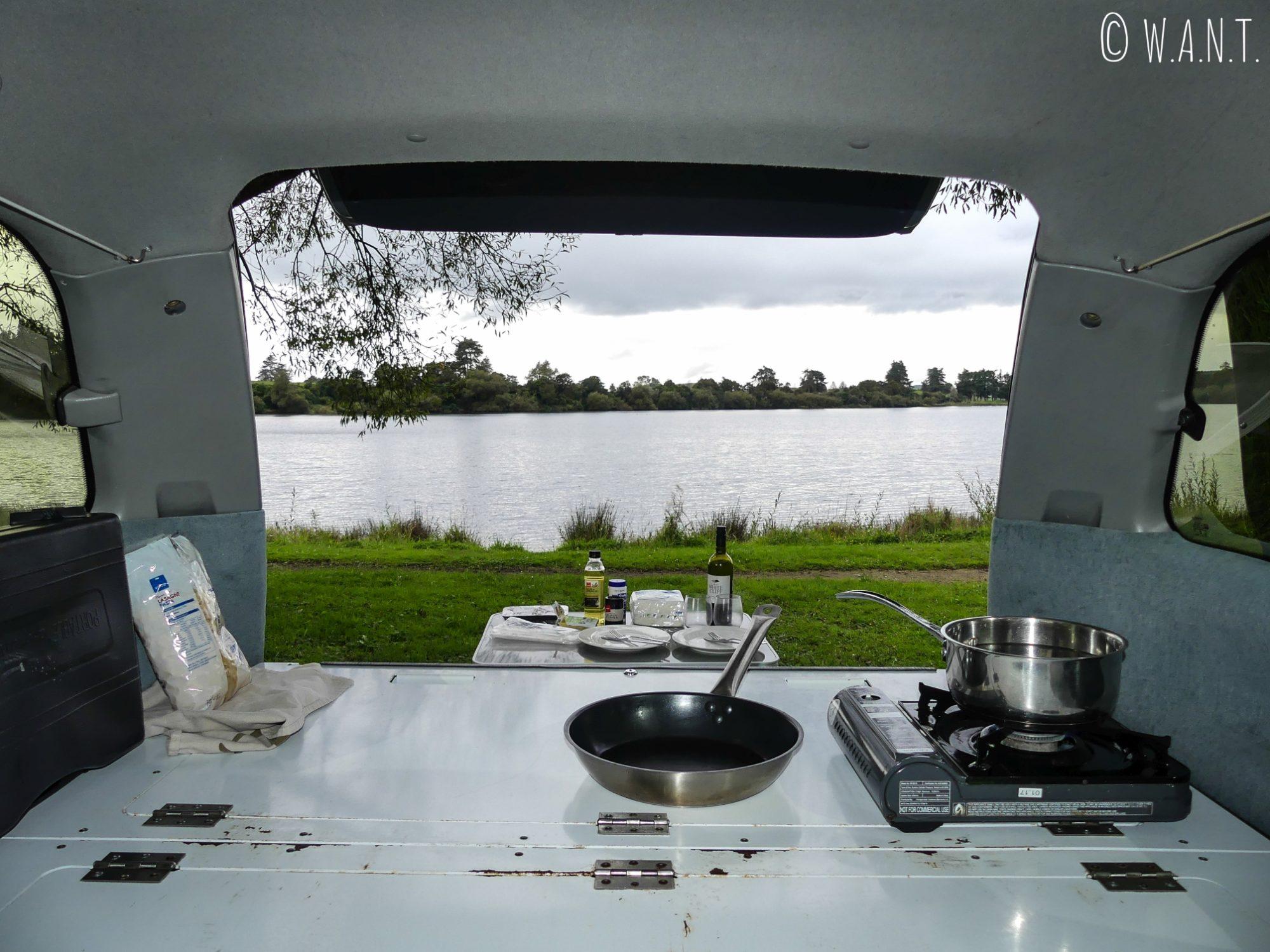 Cuisine avec vue dans notre van Spaceship au camping d'Okaro Lake en Nouvelle-Zélande