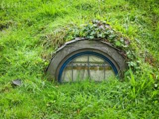 Fenêtre dans le décor de cinéma du site de Hobbiton en Nouvelle-Zélande