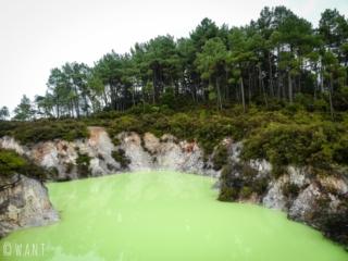 Le Devil's bath du site de Wai-O-Tapu en Nouvelle-Zélande est très impressionnant
