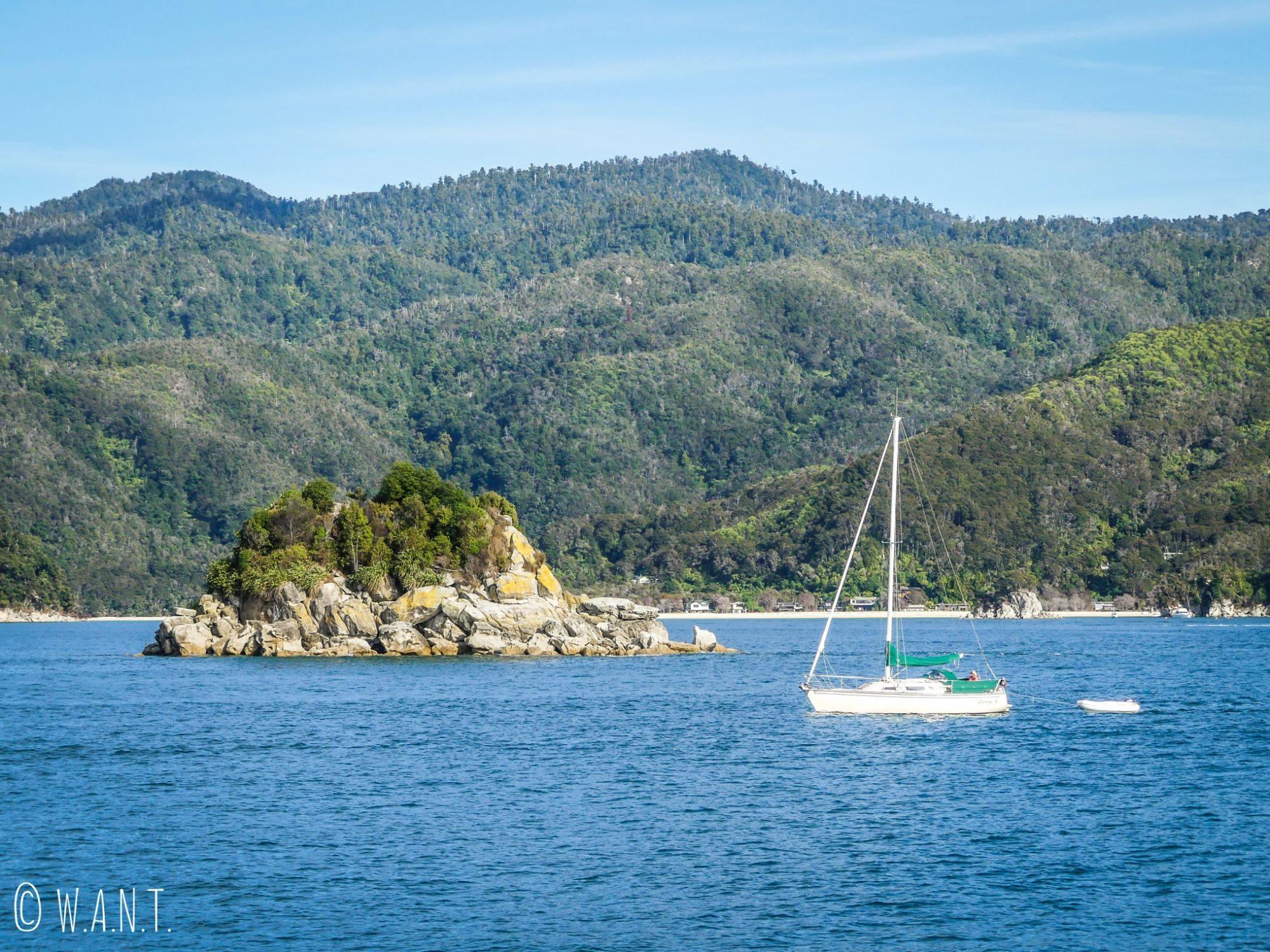 Les bateaux sont nombreux à naviguer sur les rives du parc national Abel Tasman en Nouvelle-Zélande