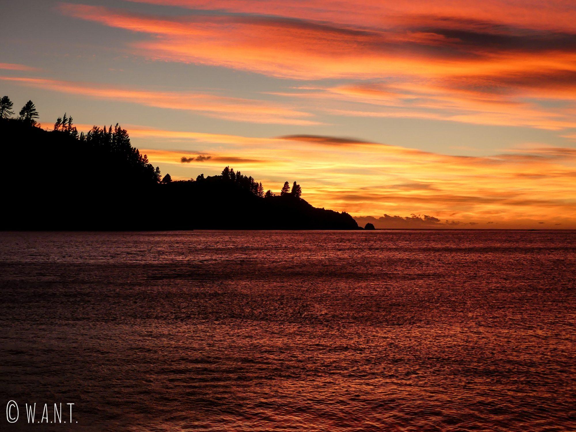 Lever de soleil depuis Robin Hood Bay dans la région de Malborough Sounds en Nouvelle-Zélande
