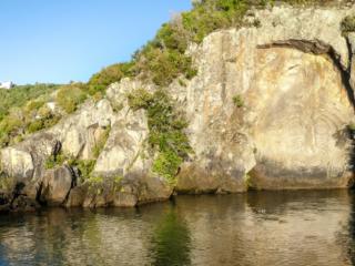 Maori Rock Carvings du lac Taupo en Nouvelle-Zélande, accessible uniquement en bateau