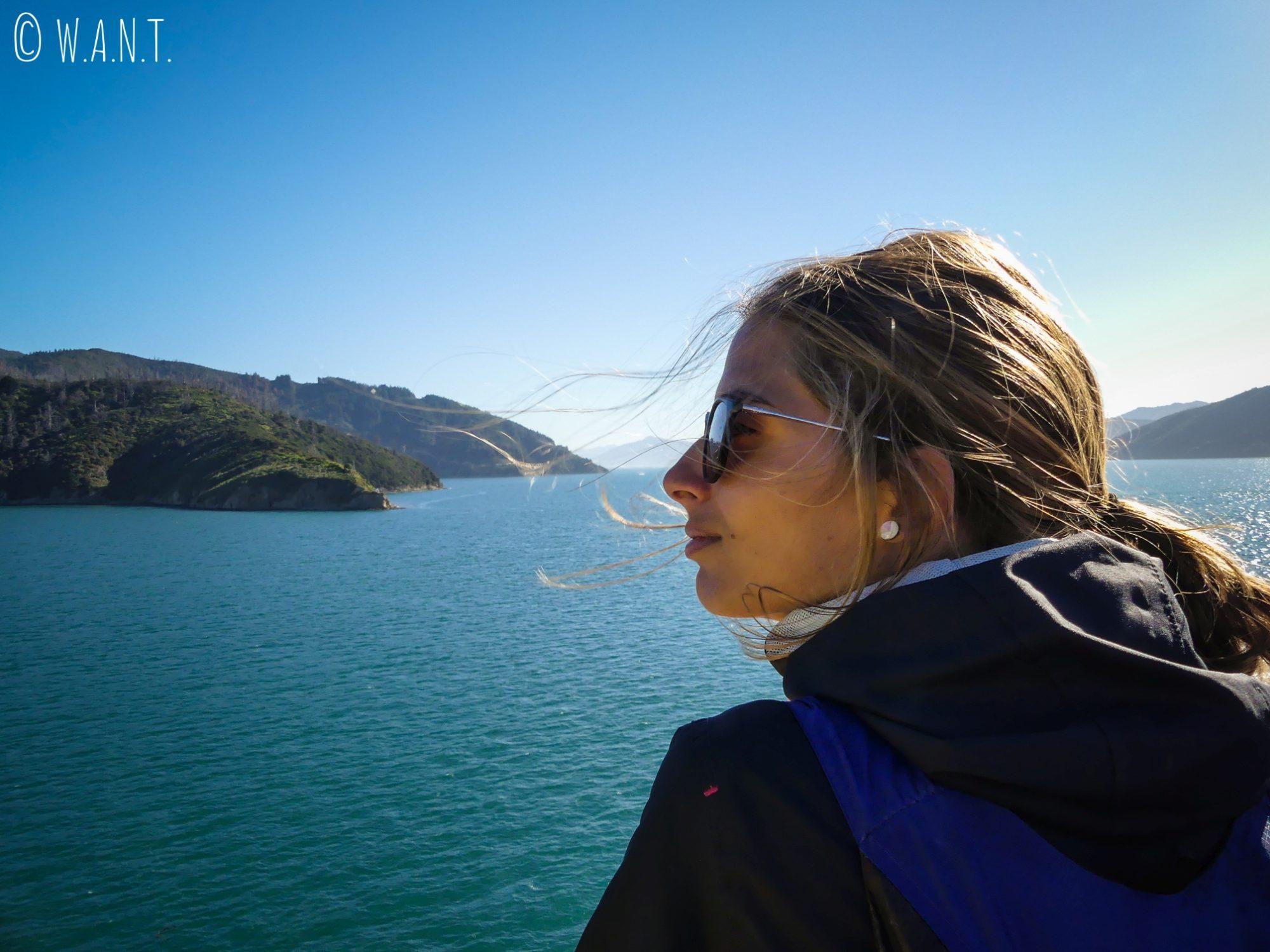 Marion est époustoufflée devant le paysage qui défile sous nos yeux entre Wellington et Picton en Nouvelle-Zélande