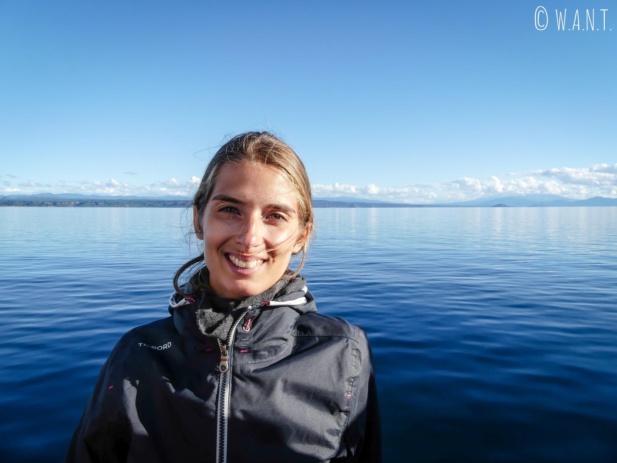 Marion est ravie de notre sortie en bateau sur le lac Taupo en Nouvelle-Zélande