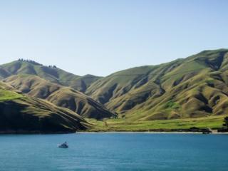 Mer et montagne à l'arrivée en ferry sur l'île du sud de la Nouvelle-Zélande