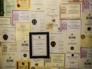 Mur recouverts des récompenses obtenues par les vins du domaine Framingham dans la région de Malborough Sounds en Nouvelle-Zélande