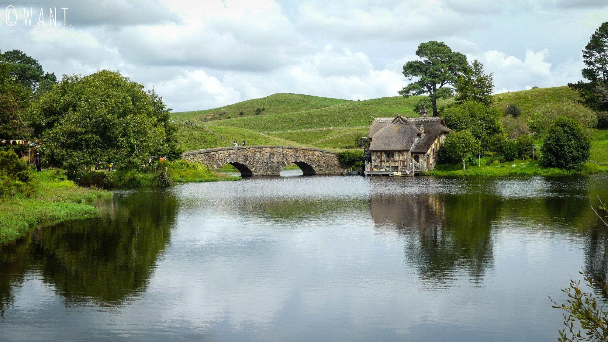 Pont de pierre pour accéder à la taverne du Green Dragon à Hobbiton en Nouvelle-Zélande