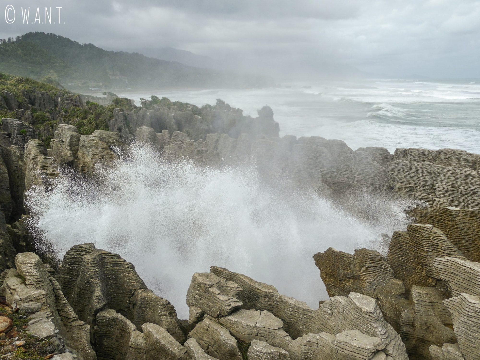 L'eau se fracasse sur les Pancake Rocks en Nouvelle-Zélande