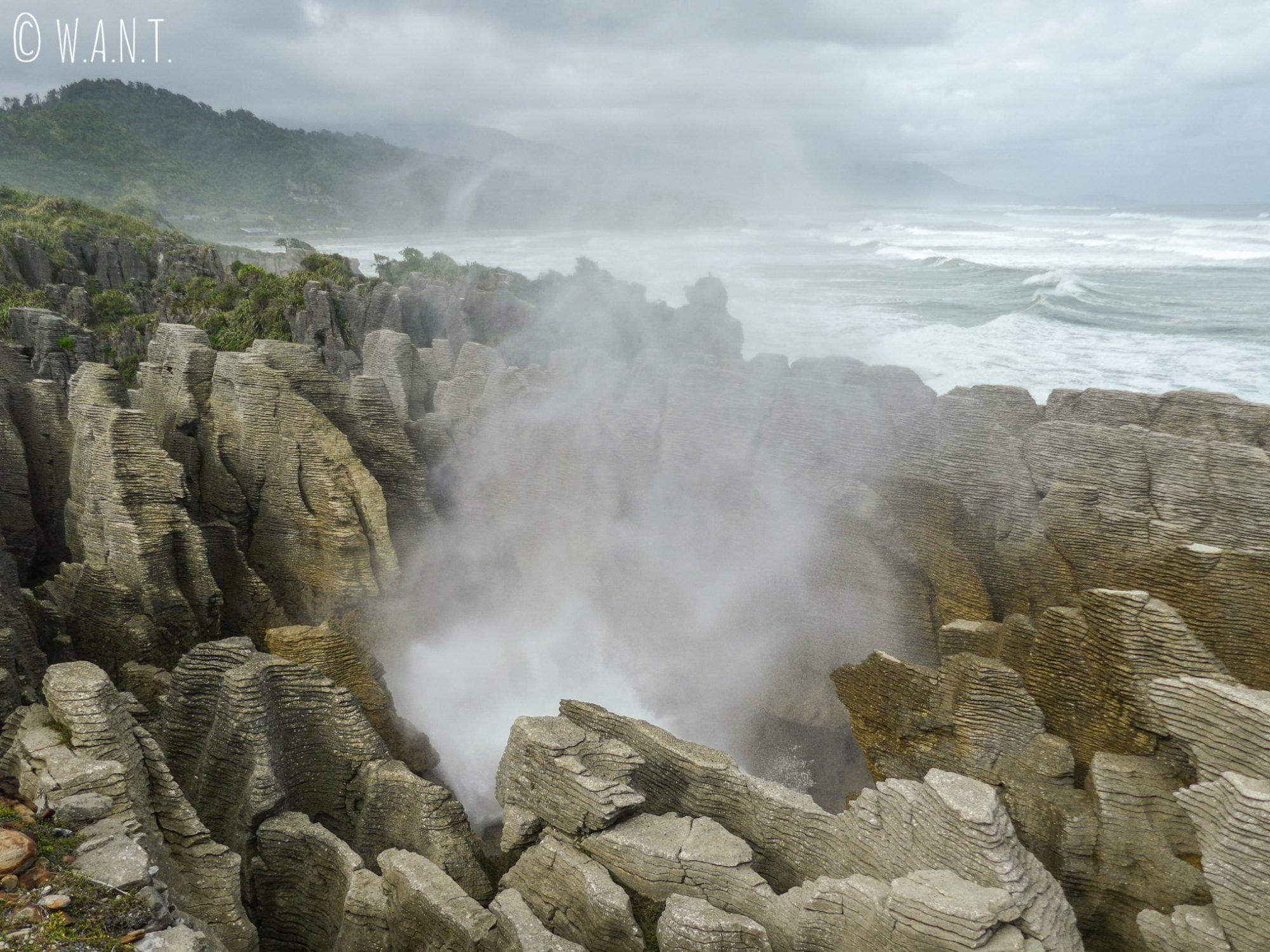 L'eau s'engouffre dans les Pancake Rocks en Nouvelle-Zélande
