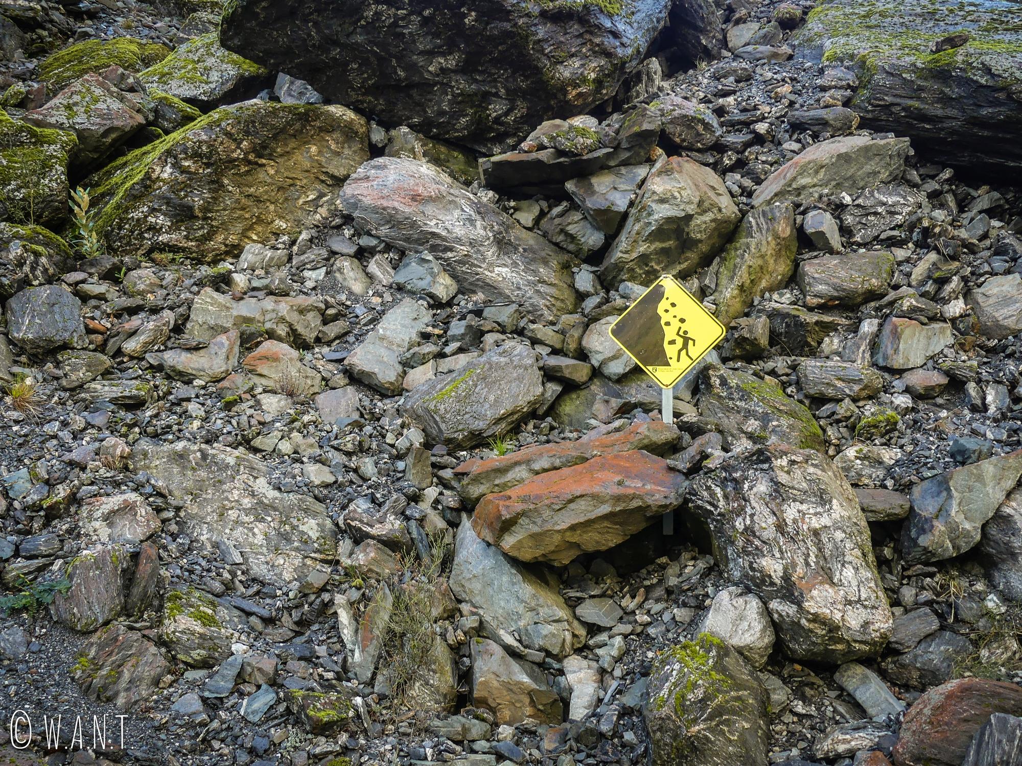 Risque de chute de pierres sur la randonnée Valley Walk menant au Fox Glacier en Nouvelle-Zélande