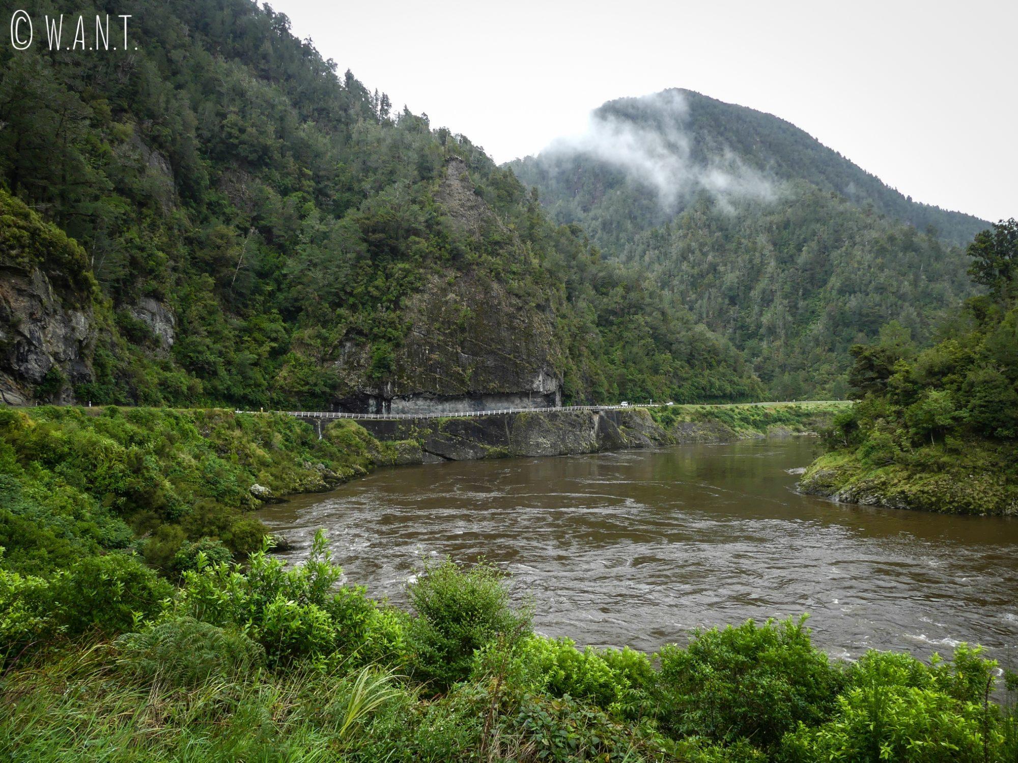 Route à flanc de montagne avant Westport en Nouvelle-Zélande