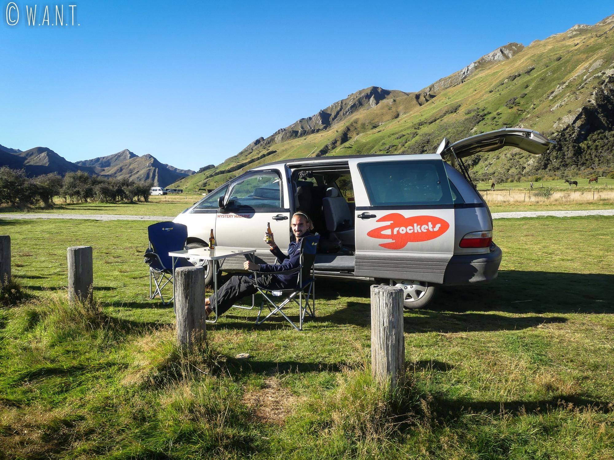 Benjamin profite du panorama que nous offre le Moke Lake Campsite près de Queenstown en Nouvelle-Zélande