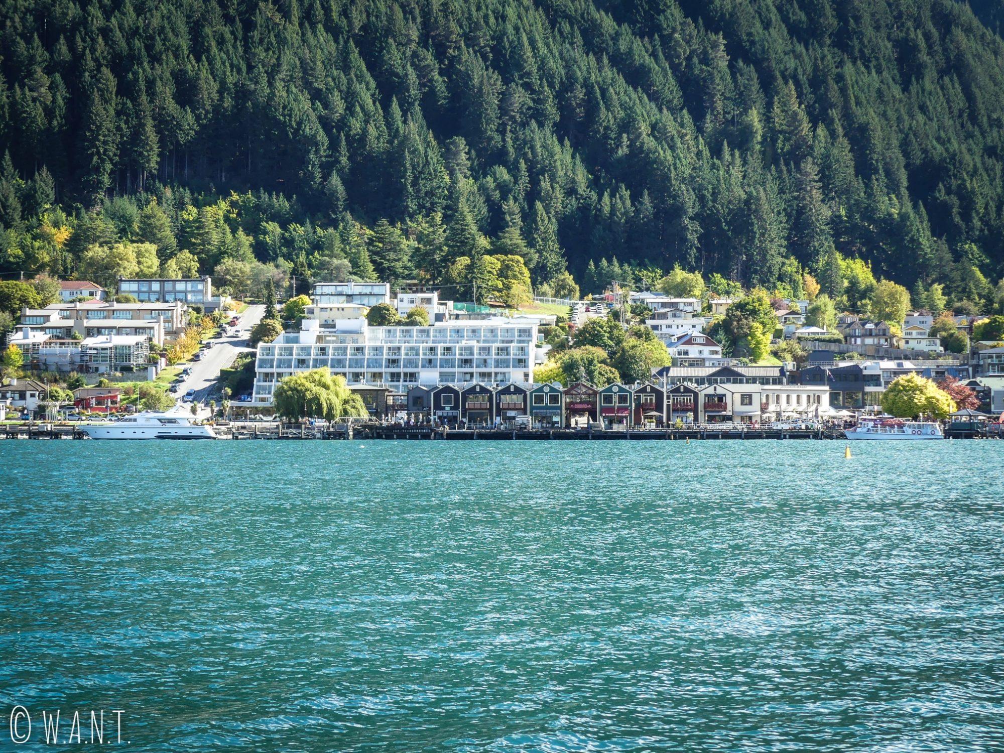 Bord du lac de Queenstown en Nouvelle-Zélande