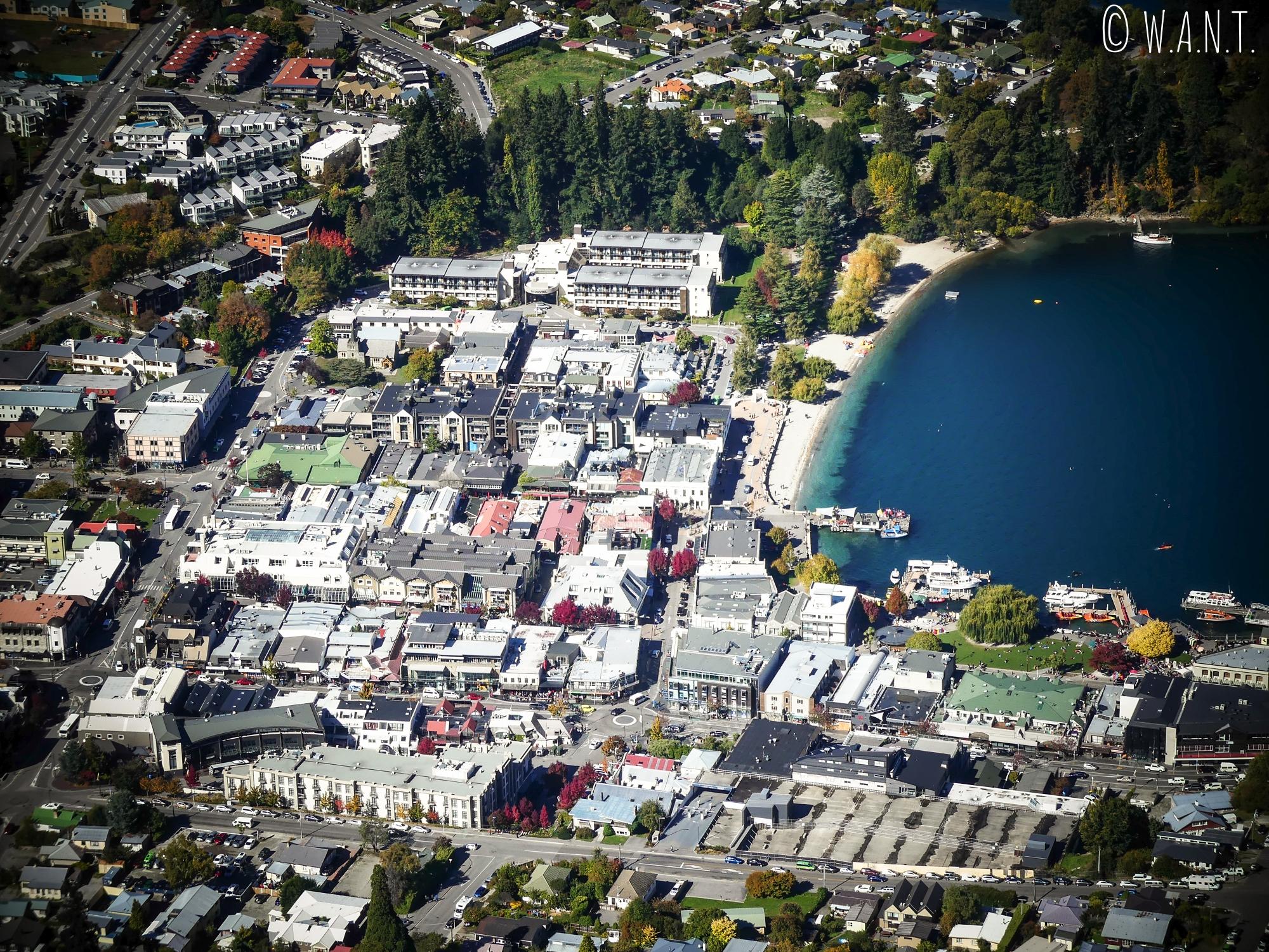 Gros plan sur la ville de Queenstown en Nouvelle-Zélande depuis le point de vue sur la ville