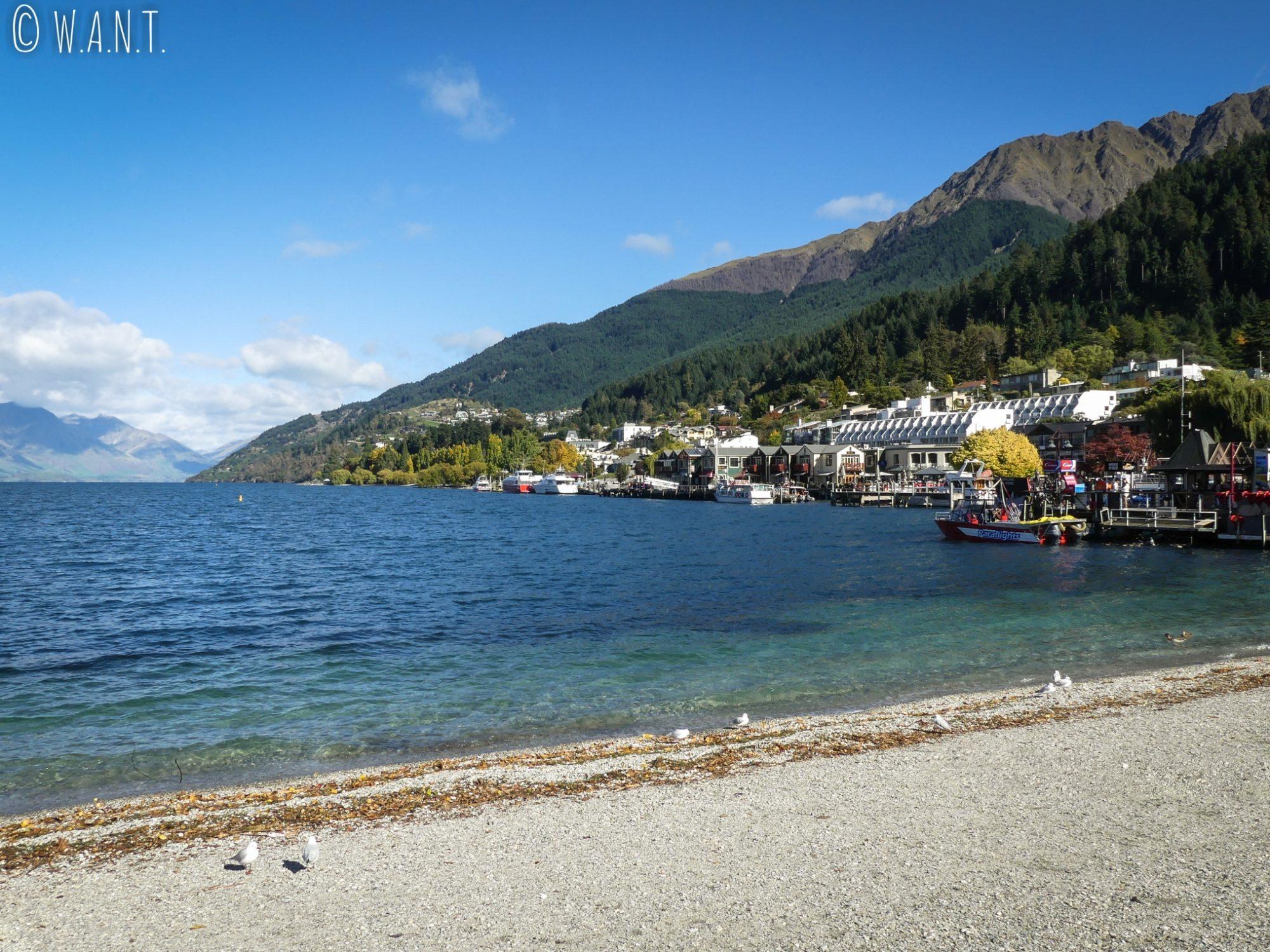 Journée ensoleillée au bord du lac Wakatipu à Queenstown en Nouvelle-Zélande