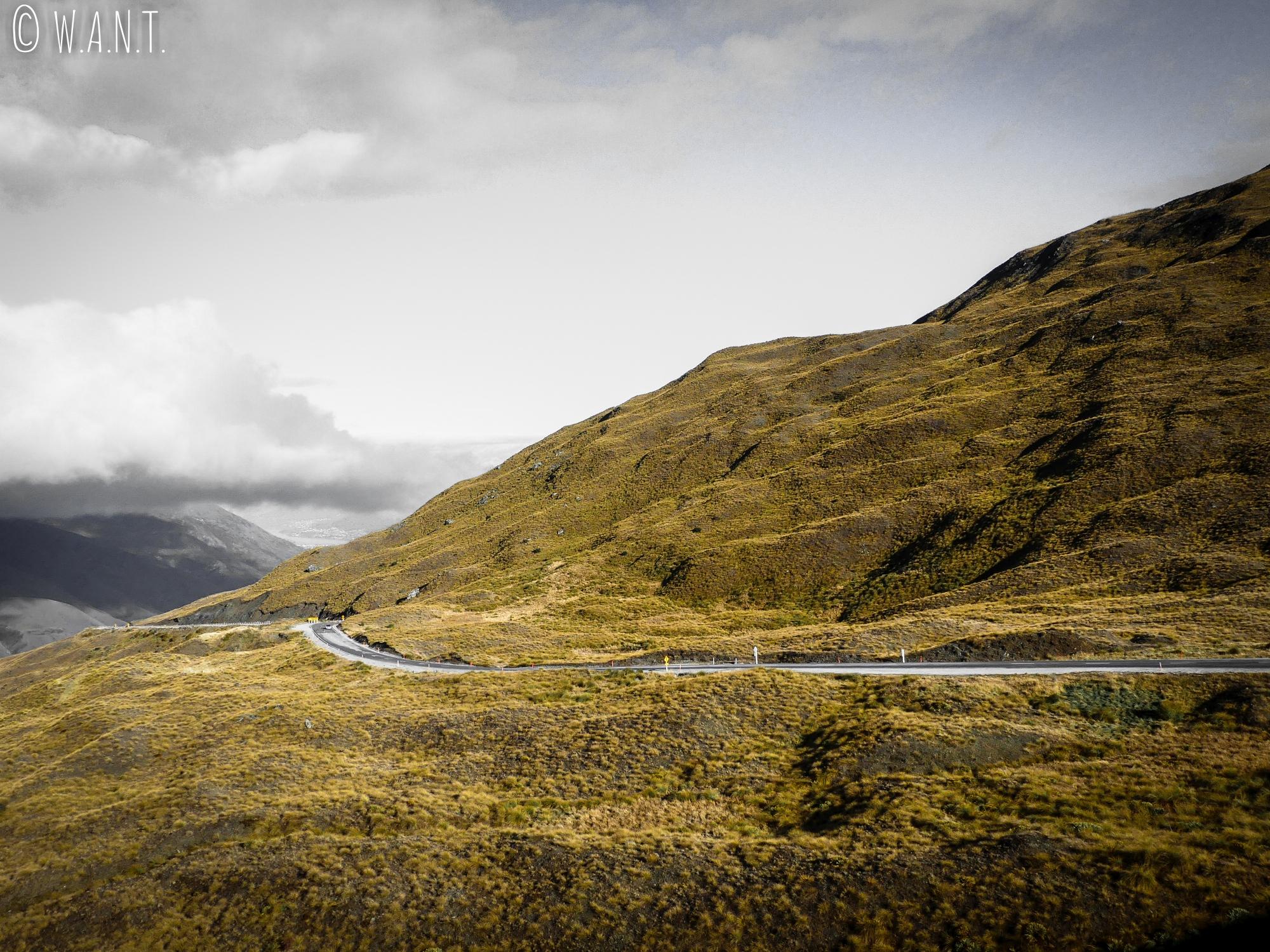 La route menant à Wanaka en Nouvelle-Zélande offre des paysables sublimes