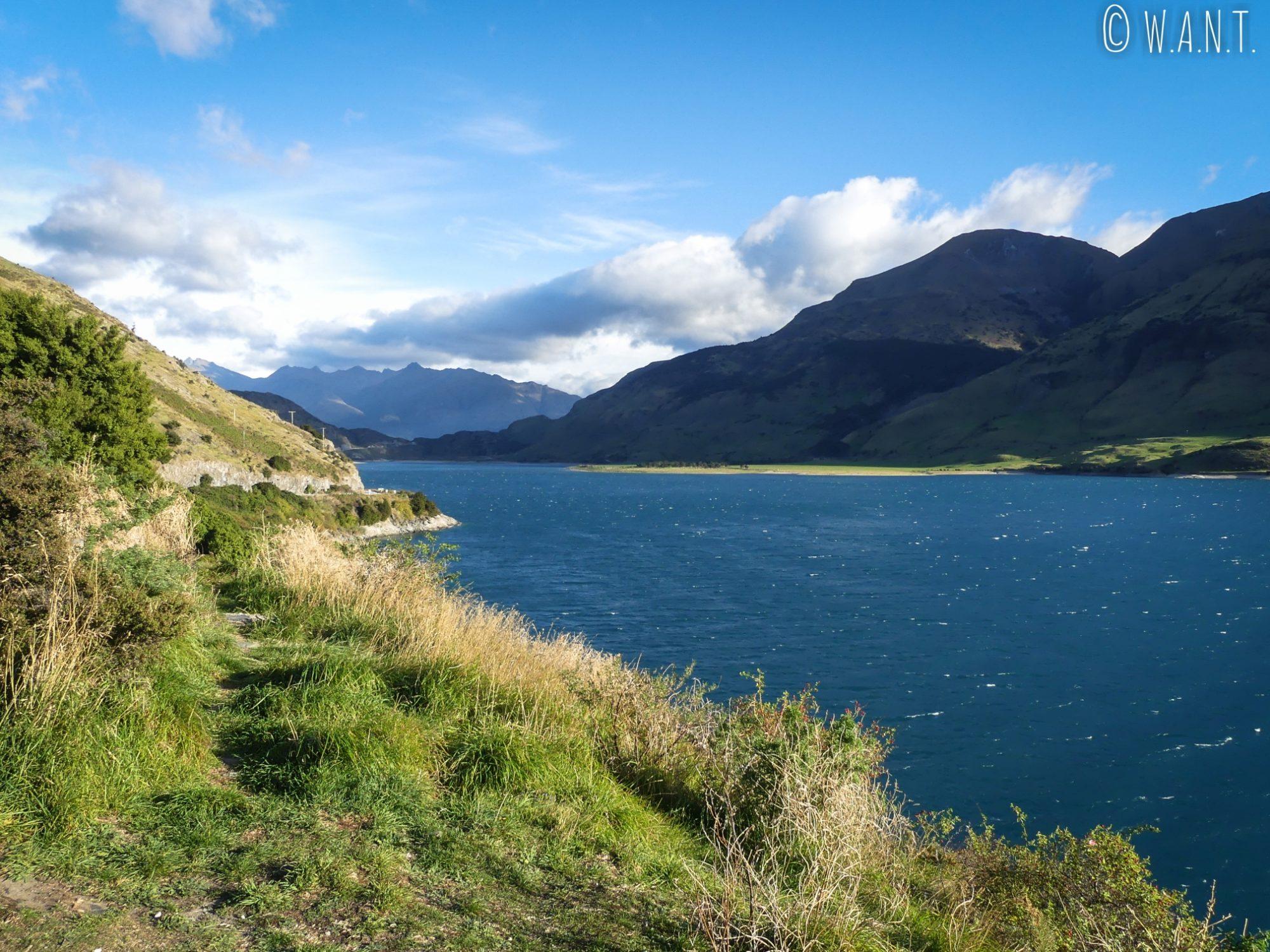 Point de vue sur le lac Hawea en roulant vers Wanaka en Nouvelle-Zélande