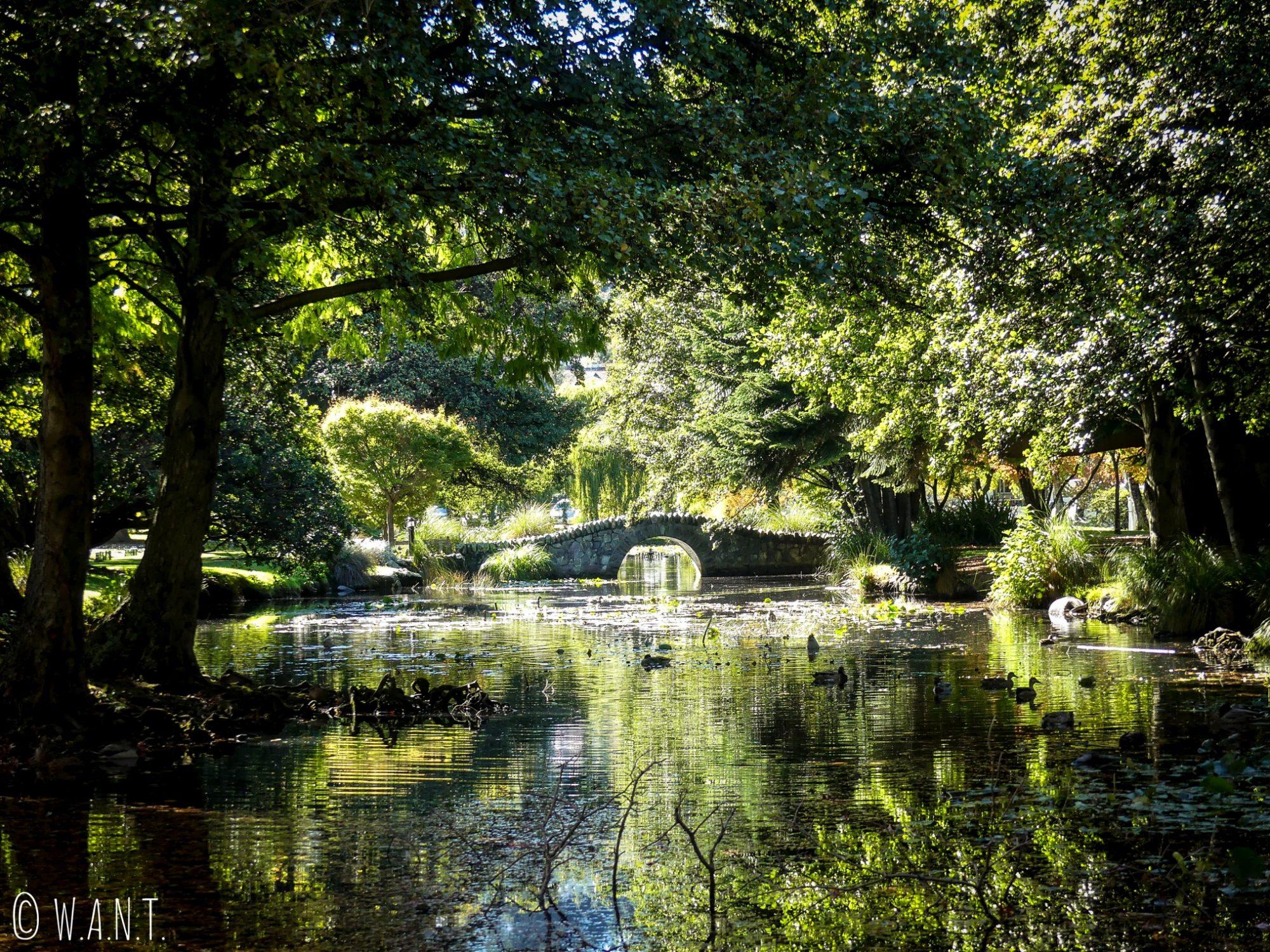 Pont de pierres du Queenstown Gardens en Nouvelle-Zélande