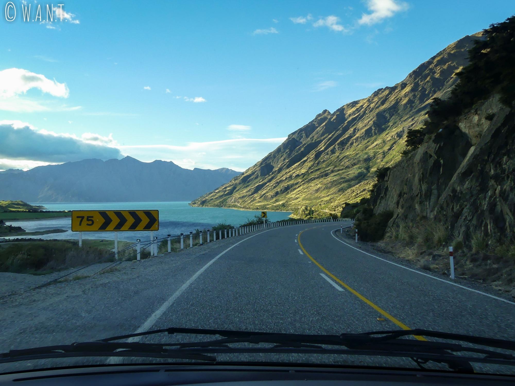 Route menant à Wanaka avec vue sur le Lac Hawea en Nouvelle-Zélande