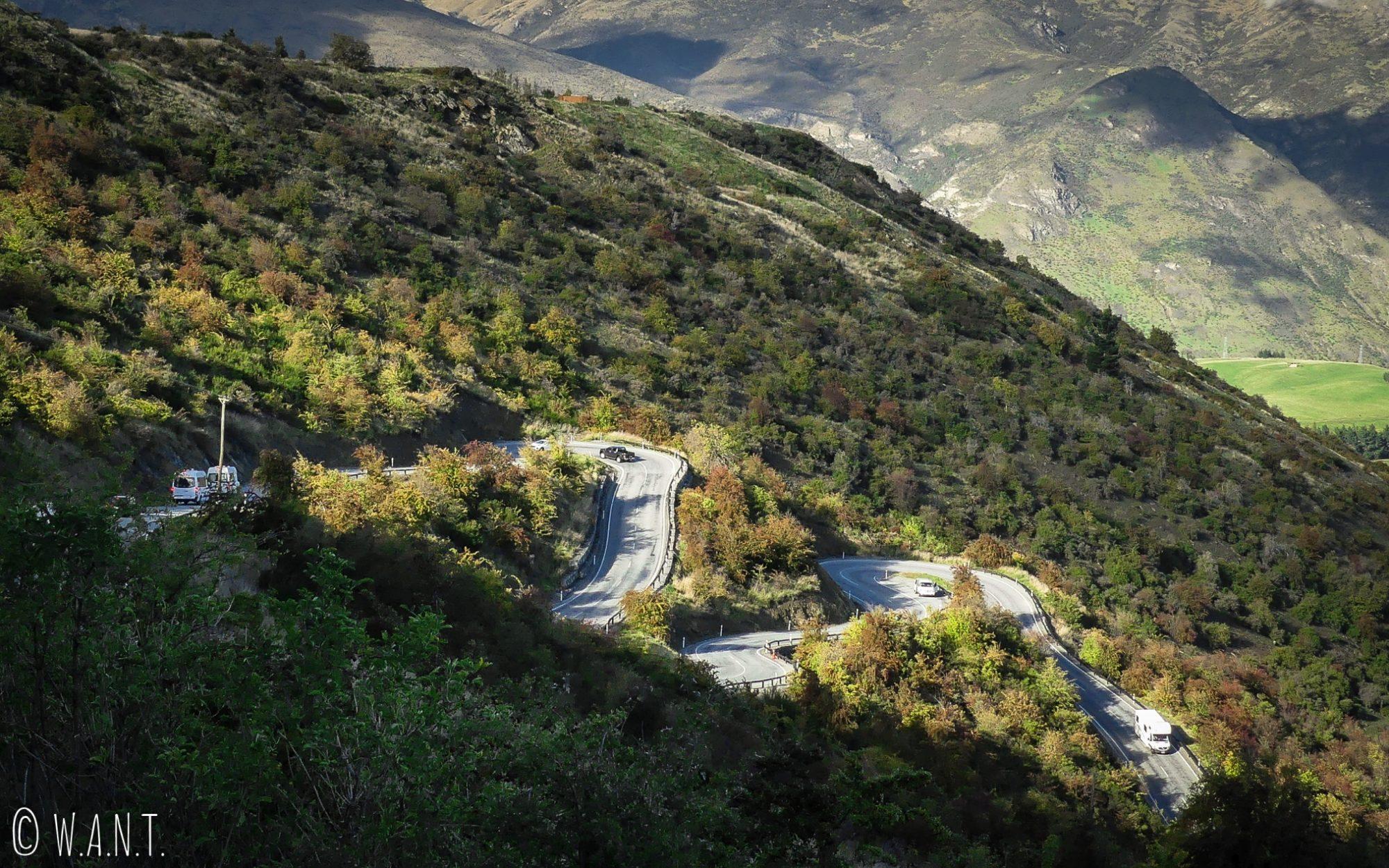 Route sinueuse entre Wanaka et Queenstown en Nouvelle-Zélande