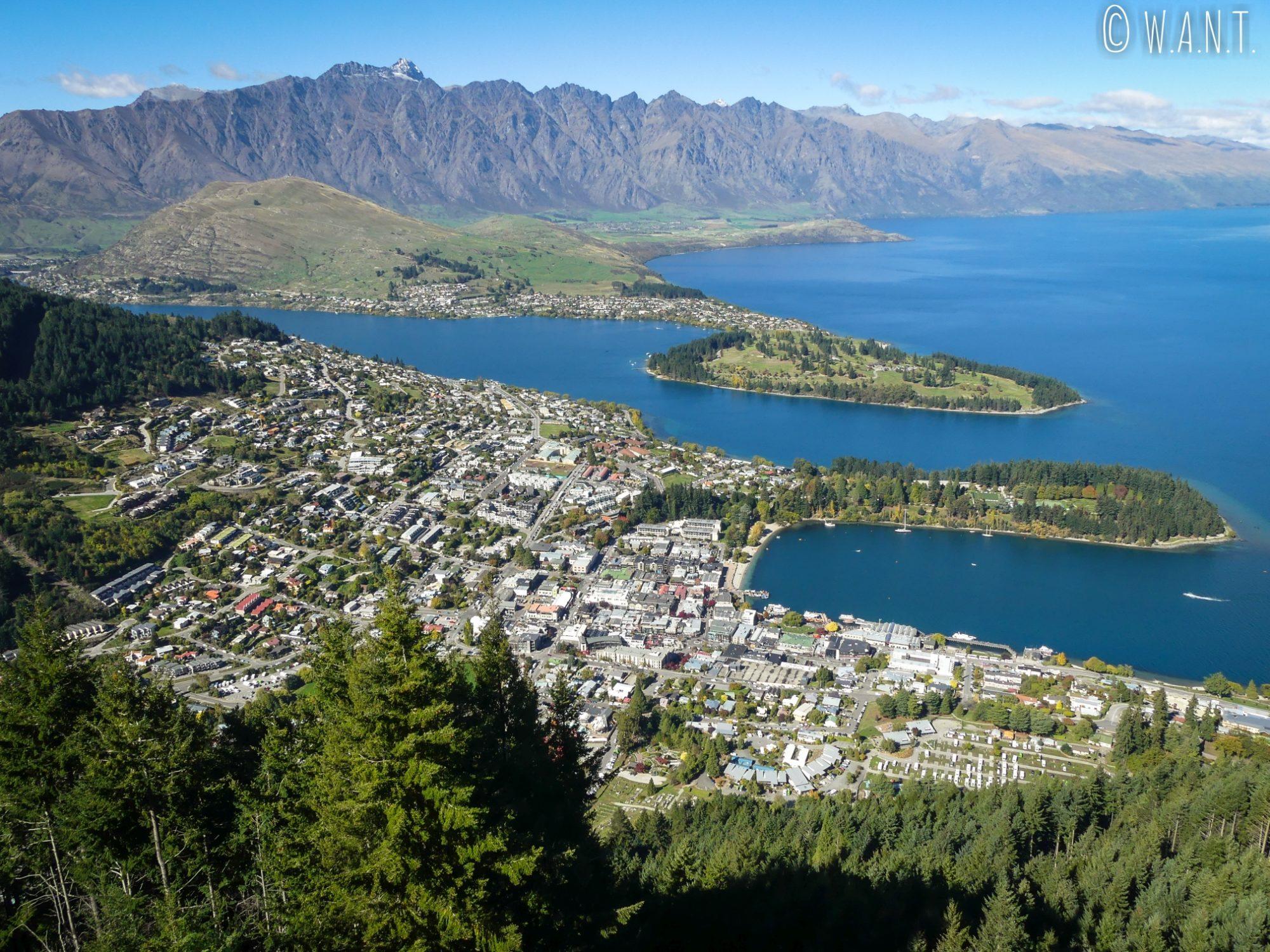 Vue sur Queenstown et la chaîne des Remarkables en Nouvelle-Zélande