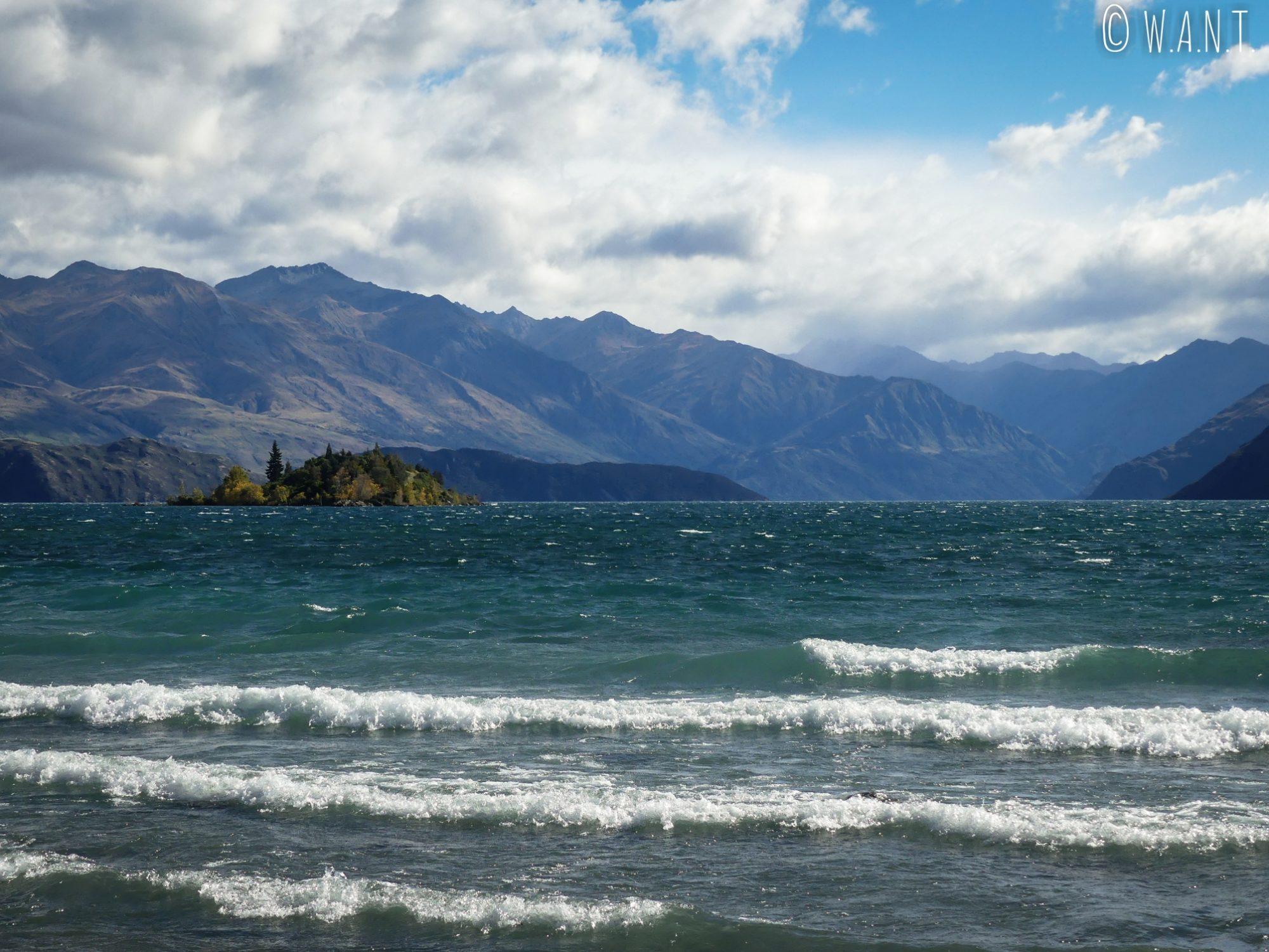 Vue sur Ruby Island depuis le bord du lac Wanaka en Nouvelle-Zélande