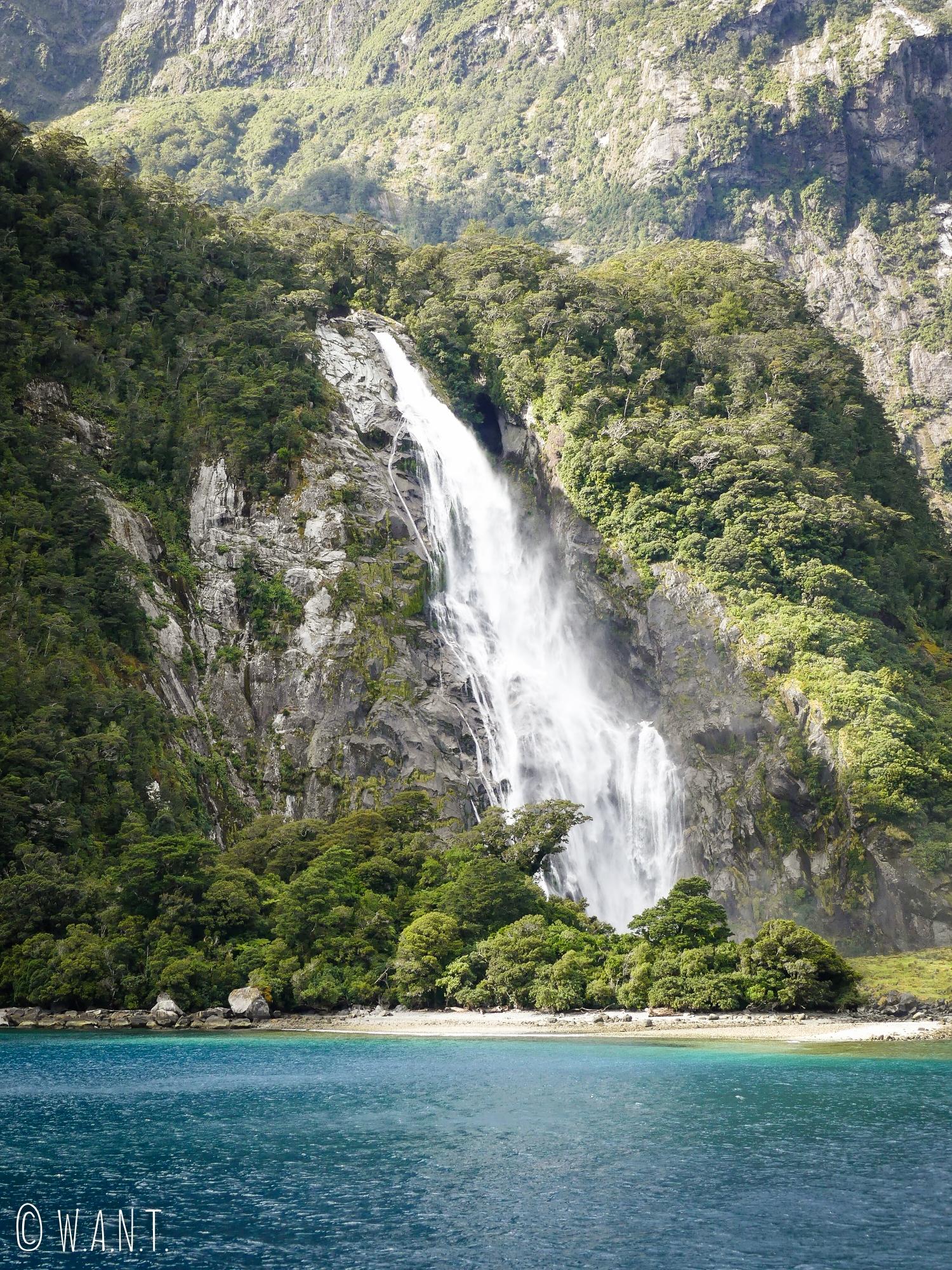 Les cascades sont plus impressionnantes les unes ques les autres à Milford Sound en Nouvelle-Zélande