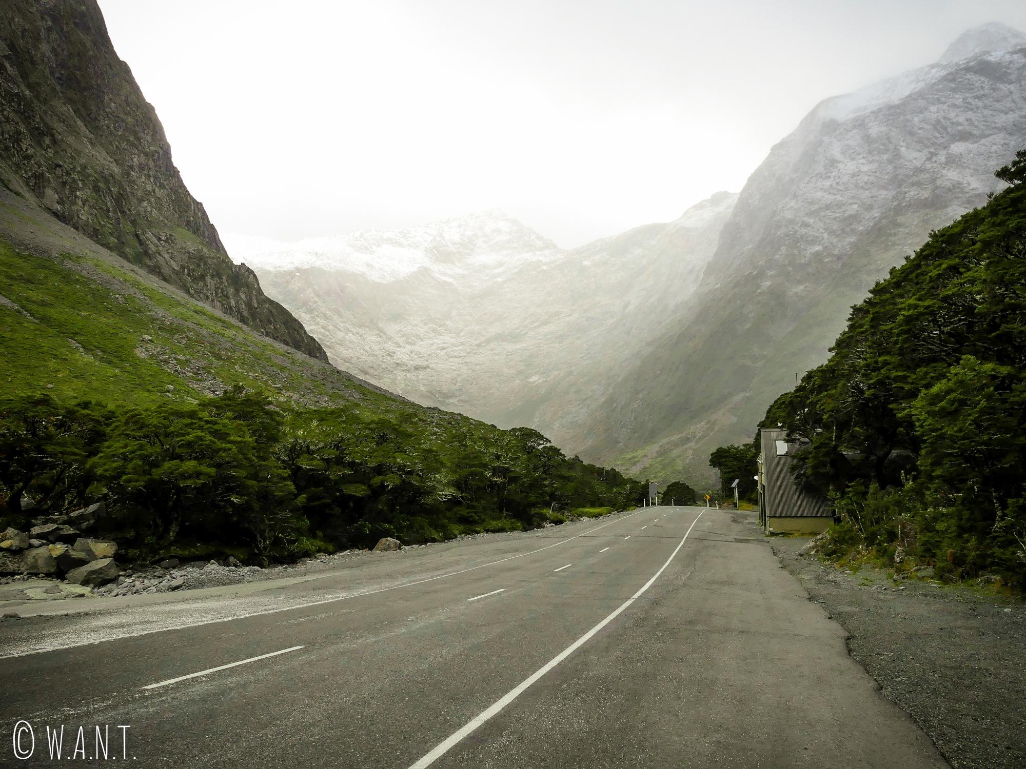 Paysage époustouflant le long de la Hollyford Road en Nouvelle-Zélande