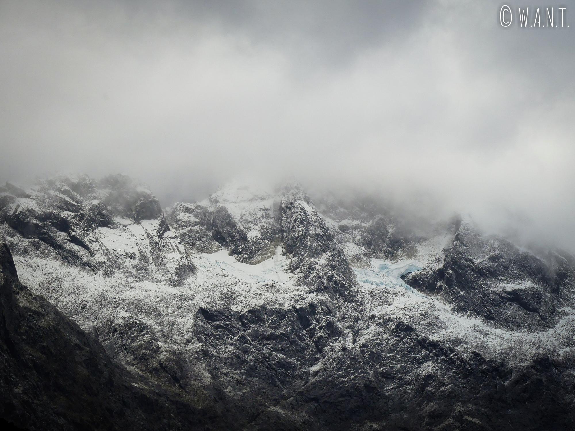 Paysage brumeux le long de la route menant au Milford Sound en Nouvelle-Zélande