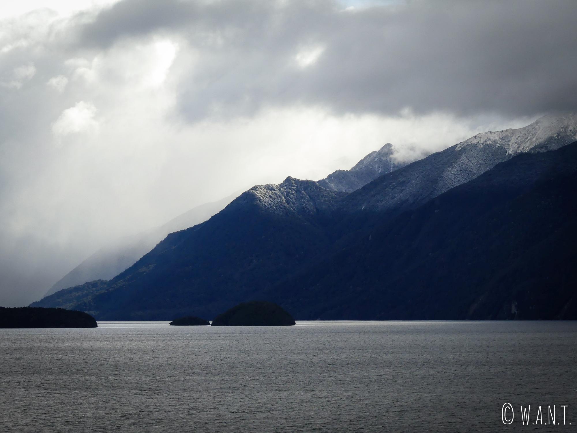 Paysage sublime le long de la Clifden Blackmount Road en Nouvelle-Zélande