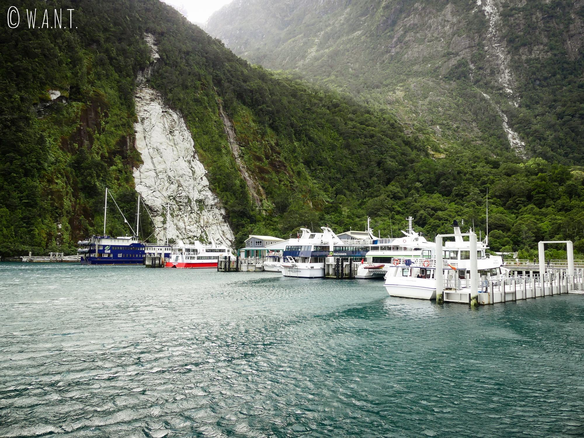 Port de la ville de Milford Sound en Nouvelle-Zélande où les bateaux embarquent leurs passagers