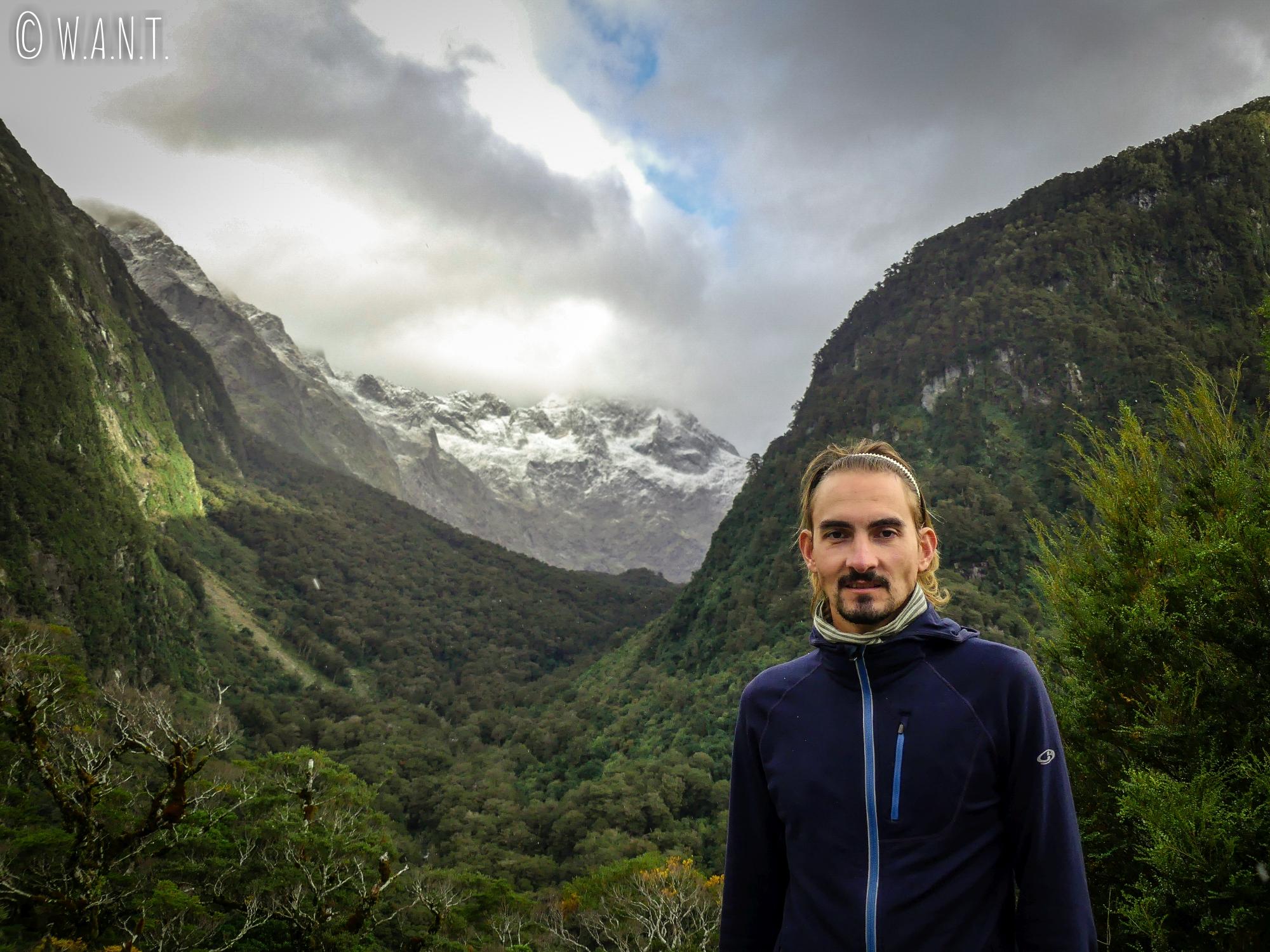 Portrait de Benjamin sur la route de Milford Sound en Nouvelle-Zélande