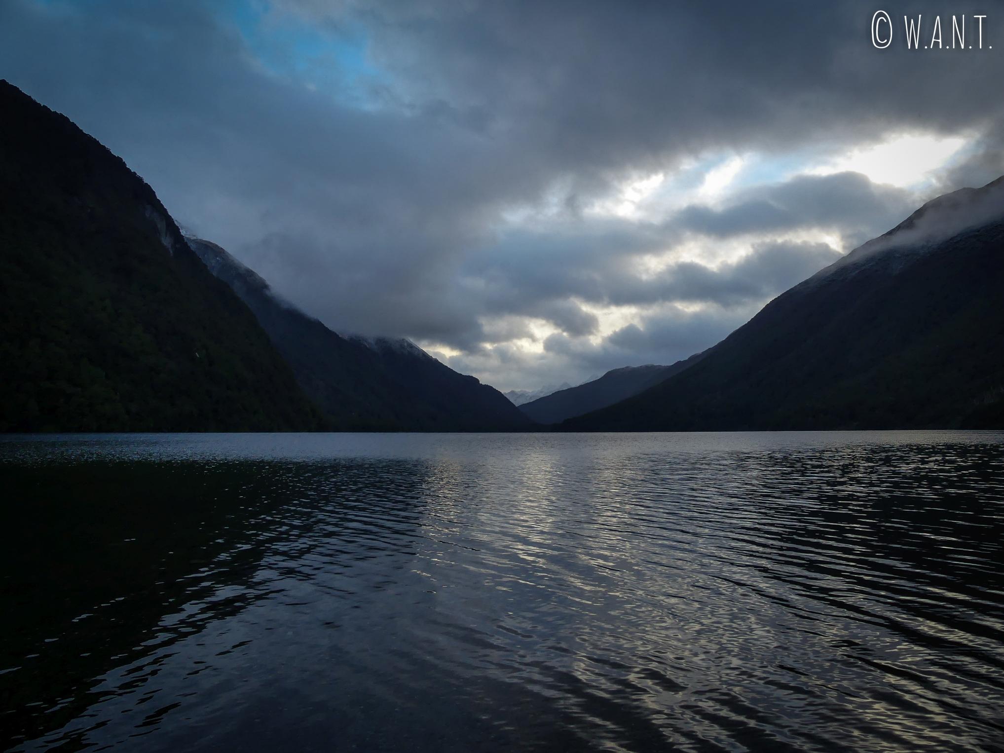 Vue sur le Gunn Lake après une randonnée en forêt au Fiordland National Park en Nouvelle-Zélande