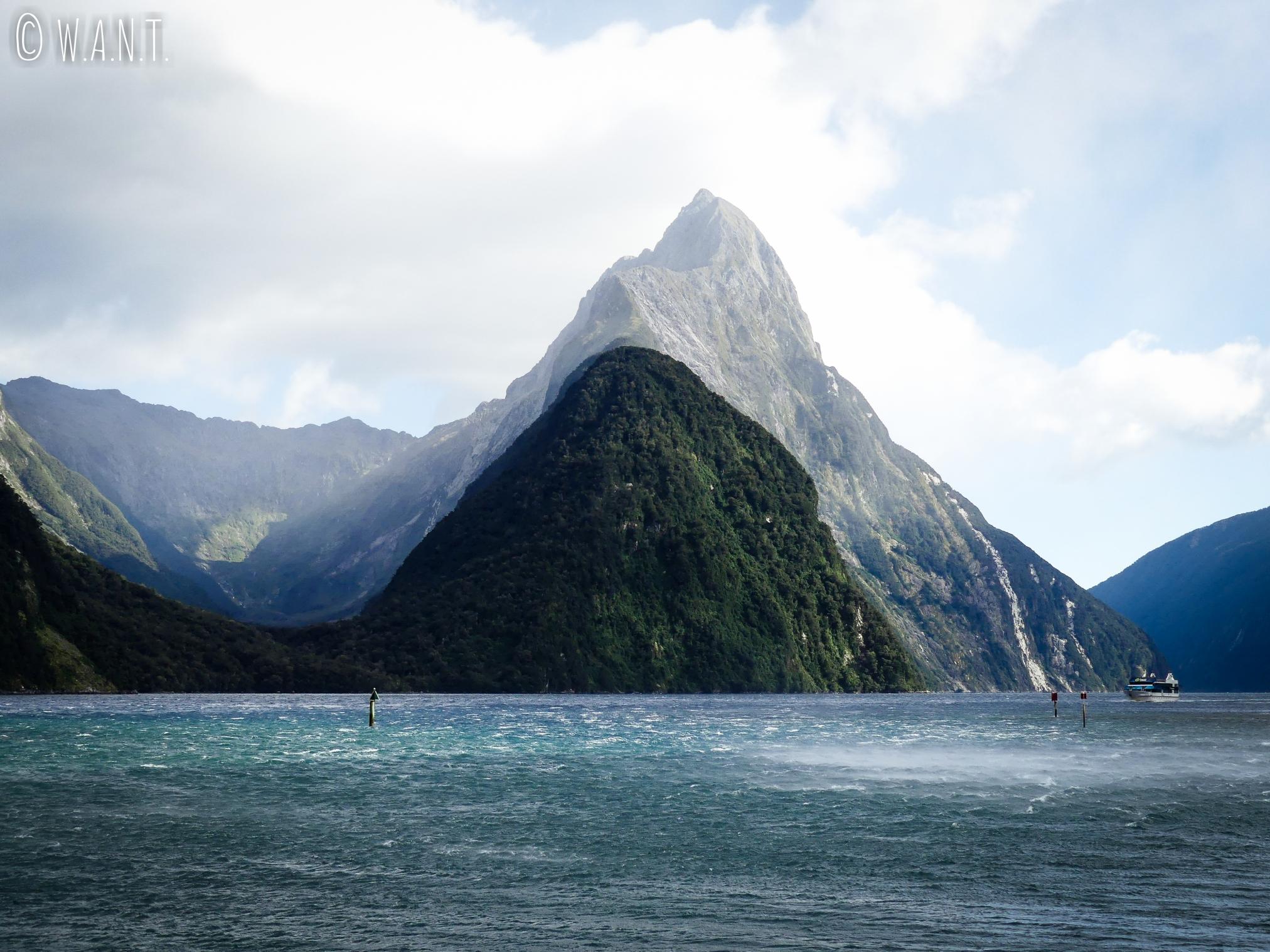 Vue sur l'emblématique Mitre Peak à Milford Sound en Nouvelle-Zélande