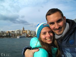 Vue sur la tour de Galata depuis la rive du Bosphore à Istanbul, en Turquie
