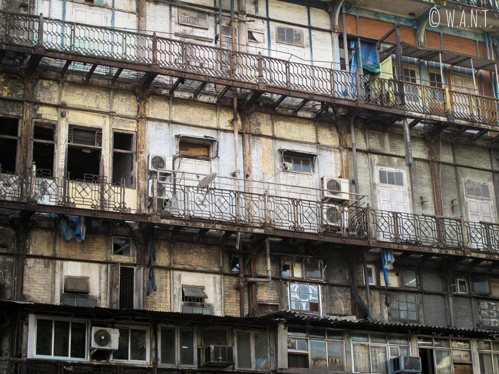 Façade d'immeubles dans les rues de Mumbai