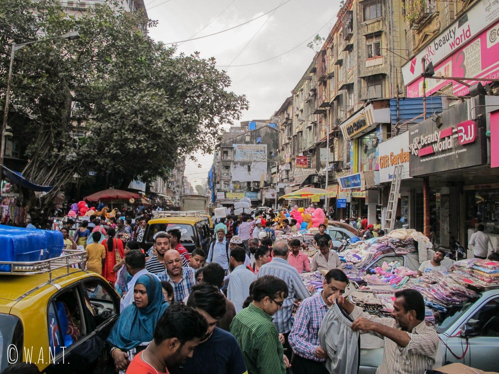 Les étals de marchandises sont installés sur les capots des voitures