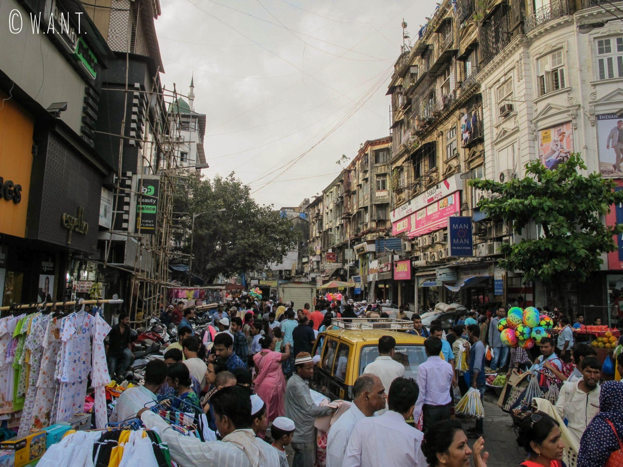 Rue bondée de Mumbai, les véhicules essayent de se frayer un chemin dans la foule
