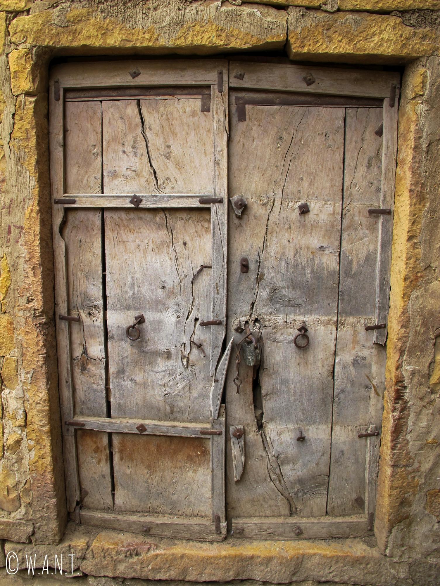 Porte en bois dans l'enceinte du fort de Jaisalmer