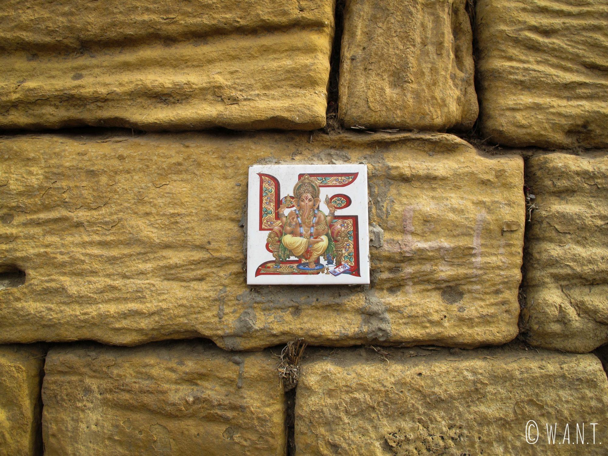Sur un mur jouxtant le fort, un carreau représente Ganesh et son svastika