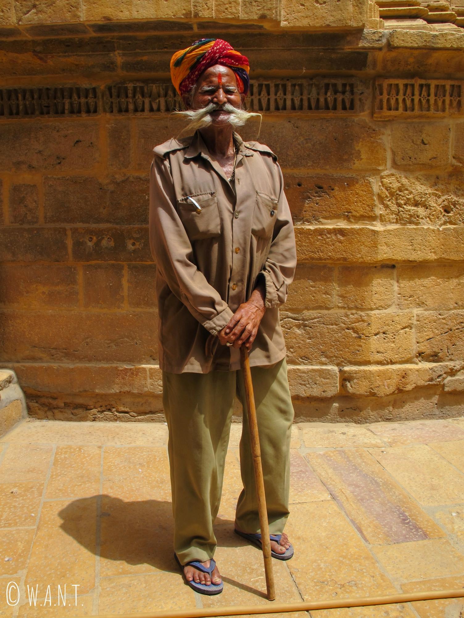 Un vieil homme pas peu fier de sa moustache est venu nous demander de le photographier