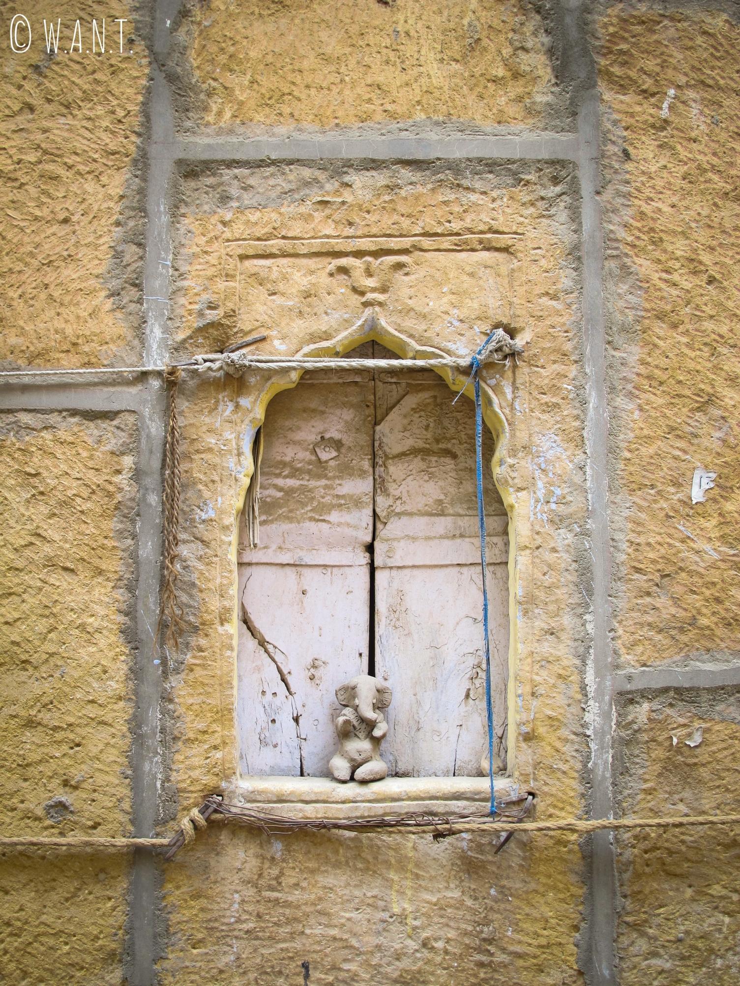 Une statuette de Ganesh déposée sur une petite alcôve dans les rues du fort de Jaisalmer